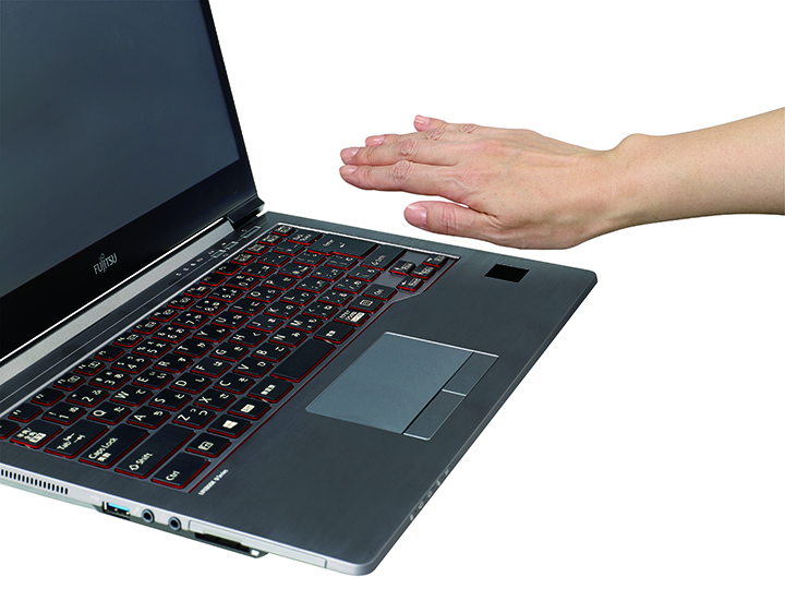 図3:生体認証のなかで精度が高く利便性も高い手のひら静脈認証を搭載したパソコン。手のひらをかざすだけ
