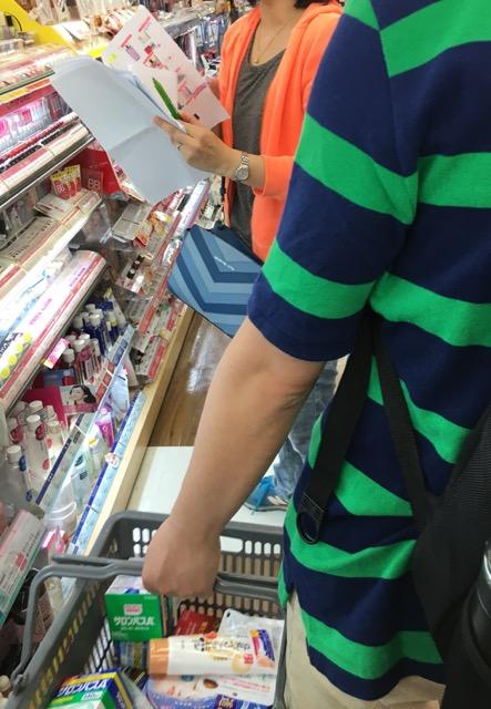 図4:大阪心斎橋で事前に作成した買い物リストを見ながら買い物をする中国人旅行客