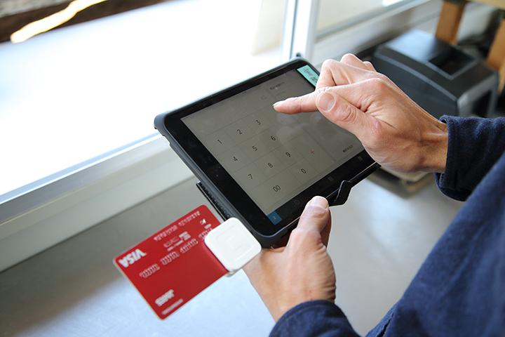Squareリーダーを使ってクレジットカード決済にも対応