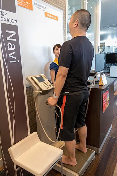 「Dr.フィットネス」で筋肉量などをチェック。「隠れ肥満」もわかるそうですよ。私の場合はあからさまなメタボですが……