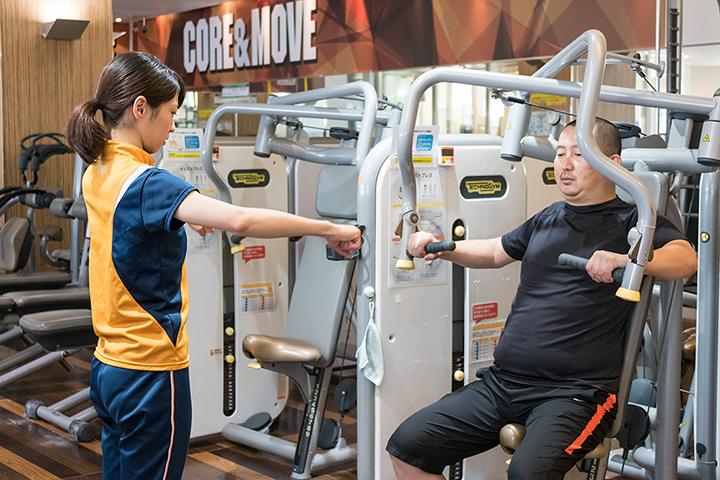 チェストプレスマシンで大胸筋を鍛えます。メタボ解消には大きい筋肉を鍛えるのが適しているそうです