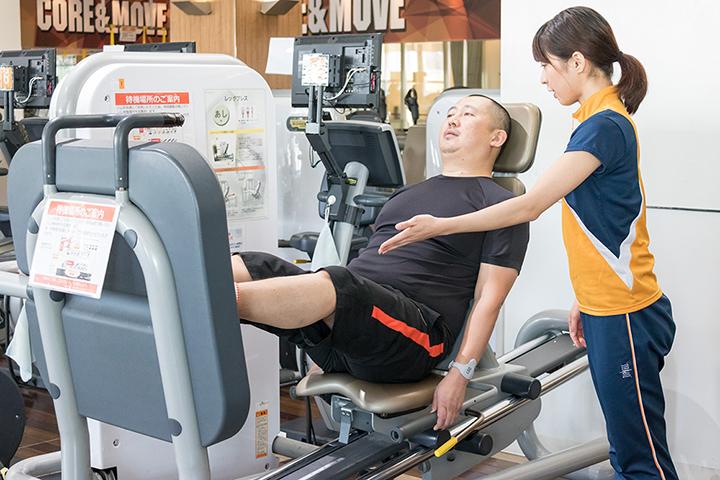レッグプレスマシンで太ももにある大腿四頭筋を鍛えます