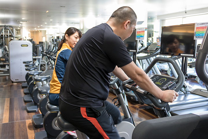エアロバイクに乗って有酸素運動をこなします。筋トレなどの無酸素運動のあとの有酸素運動が効果的らしいです
