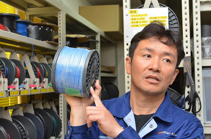 電線が絡む煩わしさから解放する収納ラック「パケットリールシステム」も自社開発のオリジナル製品。専用のボビンで電線を販売しているため、継続的に注文が入る