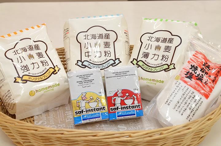 当日使用した小麦粉と塩、イースト。教室で購入することも可能