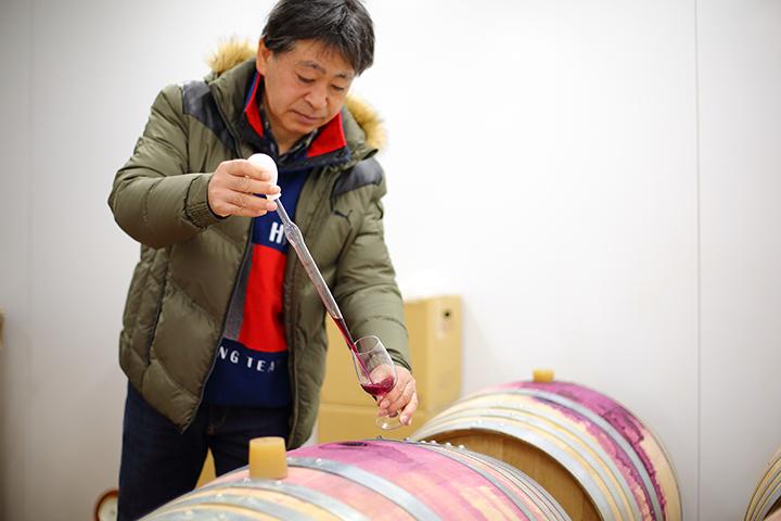 安部正彦氏  電機メーカー勤務を経て山梨大学でワイン科学を修了した後、2014年に園を引き継いだ比較的新しい生産者。