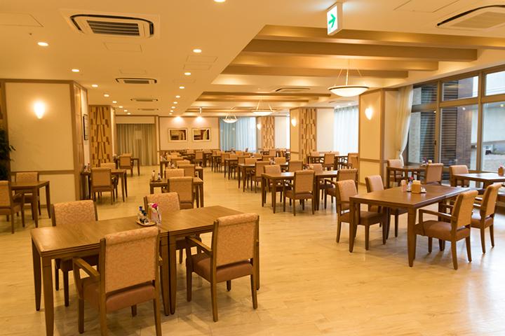 食事は部屋ではなくレストランに集まって食べる形式。入居者だけでなくその家族も一緒に食事ができる