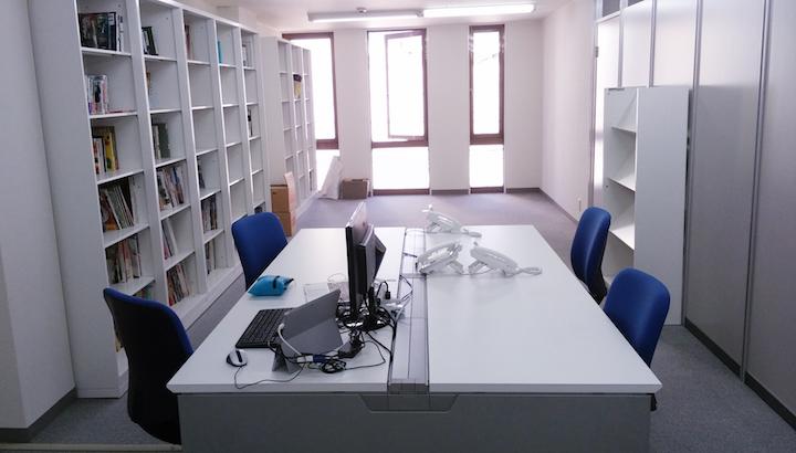 高知スマートオフィスの内観。白を基調とした清潔感ある空間だ