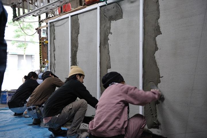 東京左官技能者育成協会の訓練施設で行われている見習い職人たちの合同訓練会の様子