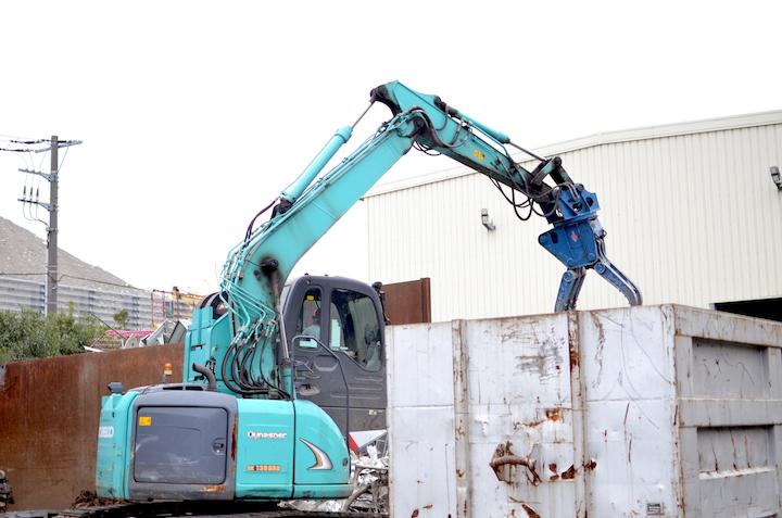 工場の敷地内ではたくさんの重機が働いています。金属がこすれたりぶつかる音が鳴り響いています