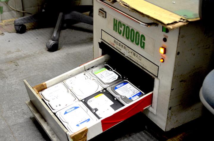 専用の機械を使ってハードディスクに磁気を照射してデータを完全に破壊します。こんなものもあるんですね